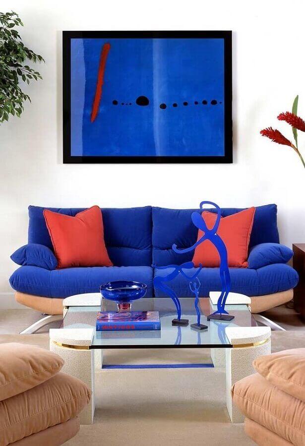 sala decorada com sofá azul royal e almofadas vermelhas Foto Pinterest