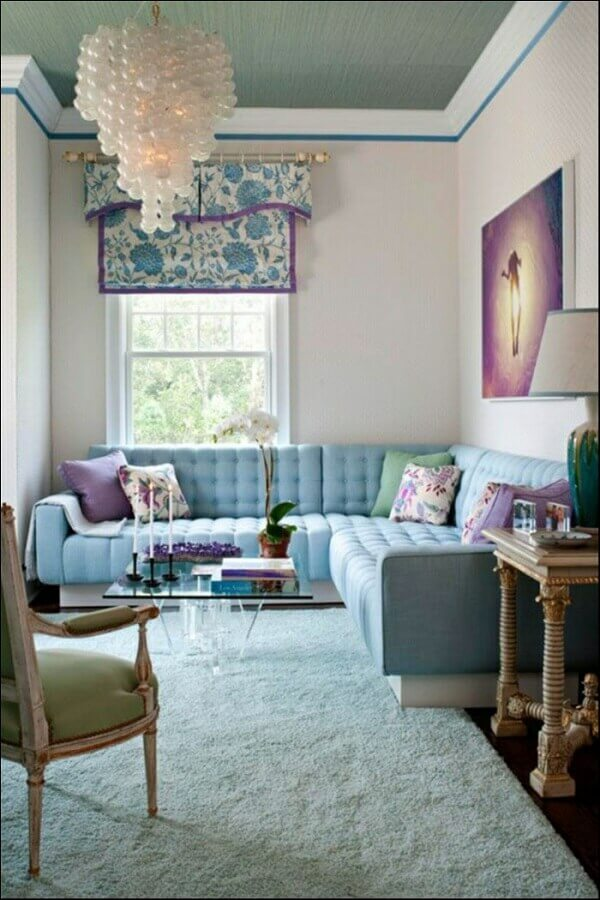 sala decorada com sofá de canto azul claro Foto Homebnc