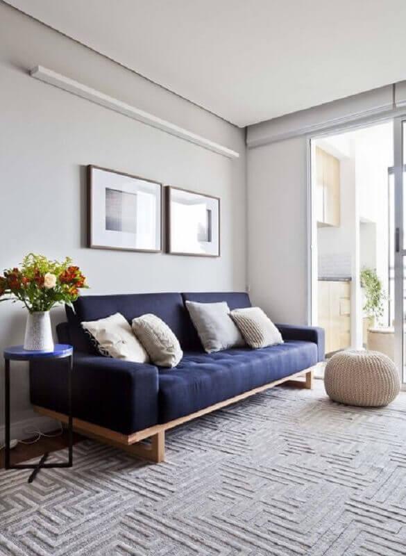 sala minimalista decorada com sofá azul marinho Foto INÁ Arquitetura