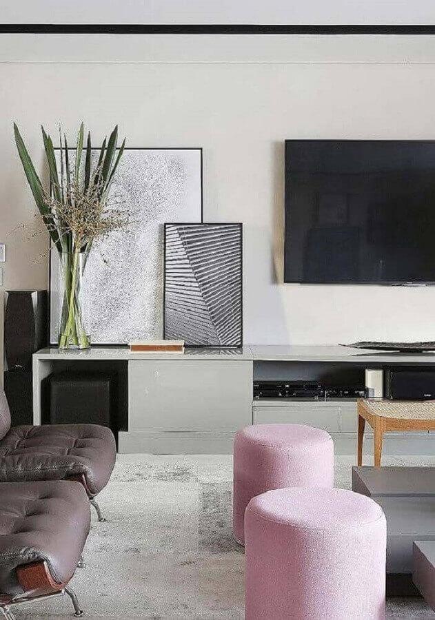 sala moderna decorada com quadros tumblr apoiados na rack e puffs redondos cor de rosa Foto ExploringMars