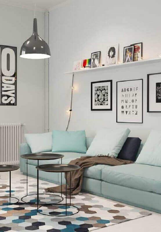 sala moderna decorada com sofá azul claro e tapete geométrico Foto Pinterest