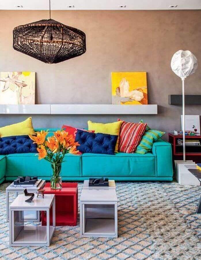 sala moderna decorada com sofá azul tiffany e almofadas coloridas Foto Habitissimo