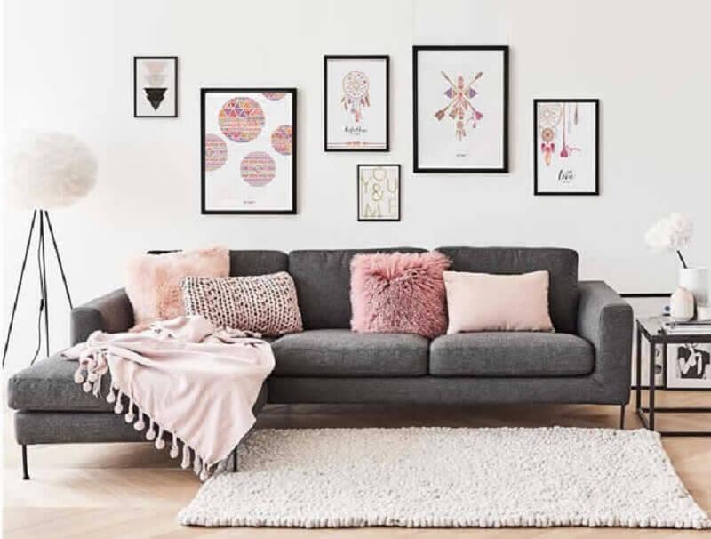 sala moderna decorada com sofá cinza e quadros tumblr Foto Enquadrarte
