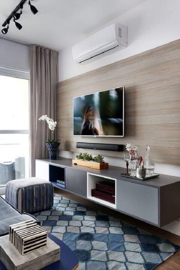 sala pequena decorada com rack suspenso com painel de madeira Foto Jhorse Man