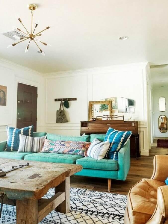 sala simples decorada com sofá azul turquesa Foto MyDomaine