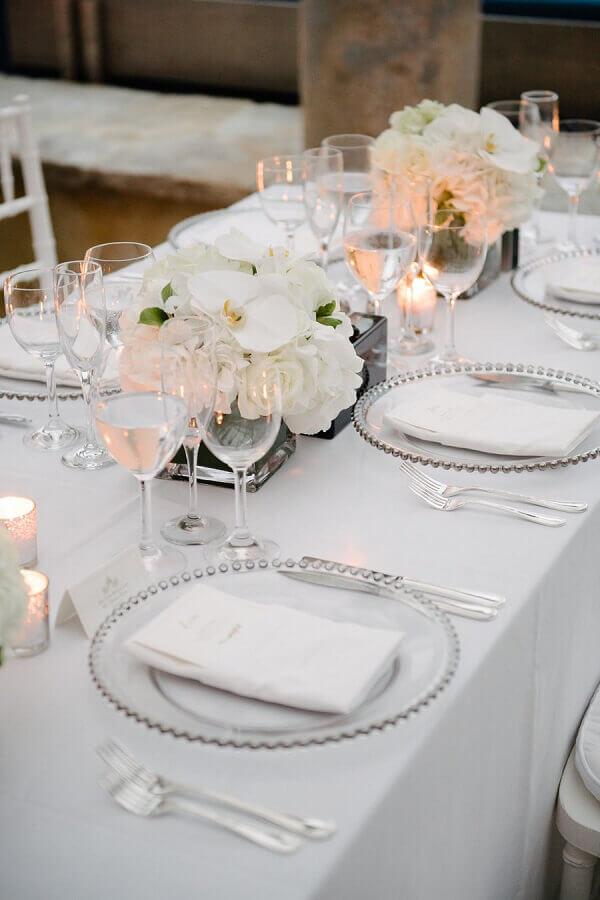 simples enfeite de mesa para casamento com flores brancas Foto Style Me Pretty