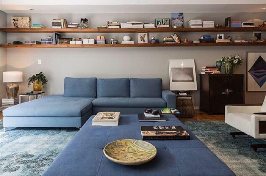 sofá azul claro para decoração de sala ampla com prateleiras de madeira Foto Juliana Fabrizzi Arquitetura