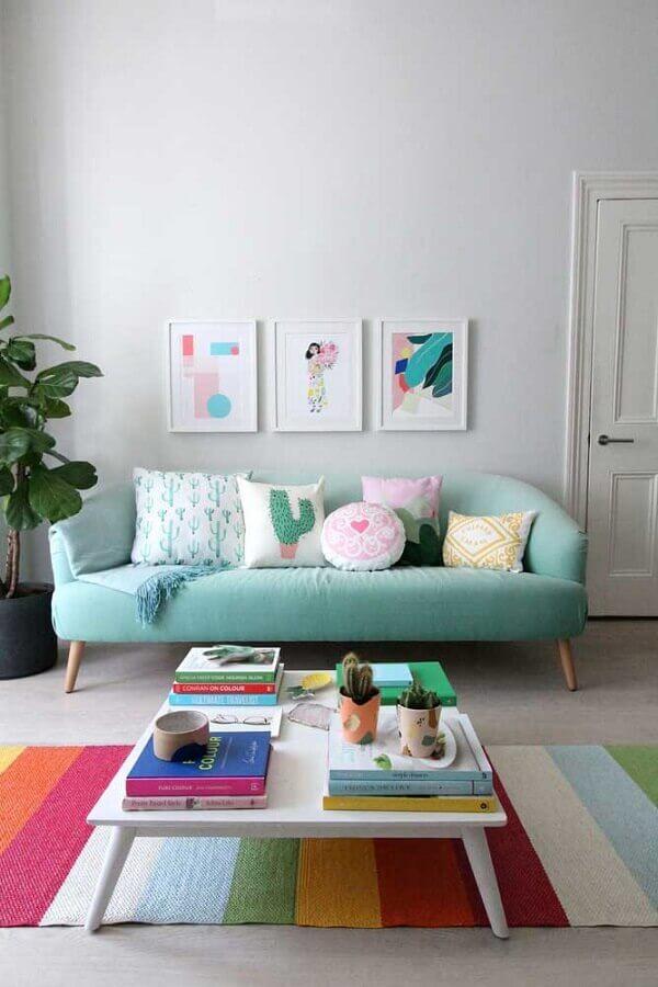 sofá azul claro para decoração de sala com tapete listrado colorido Foto HappyShappy