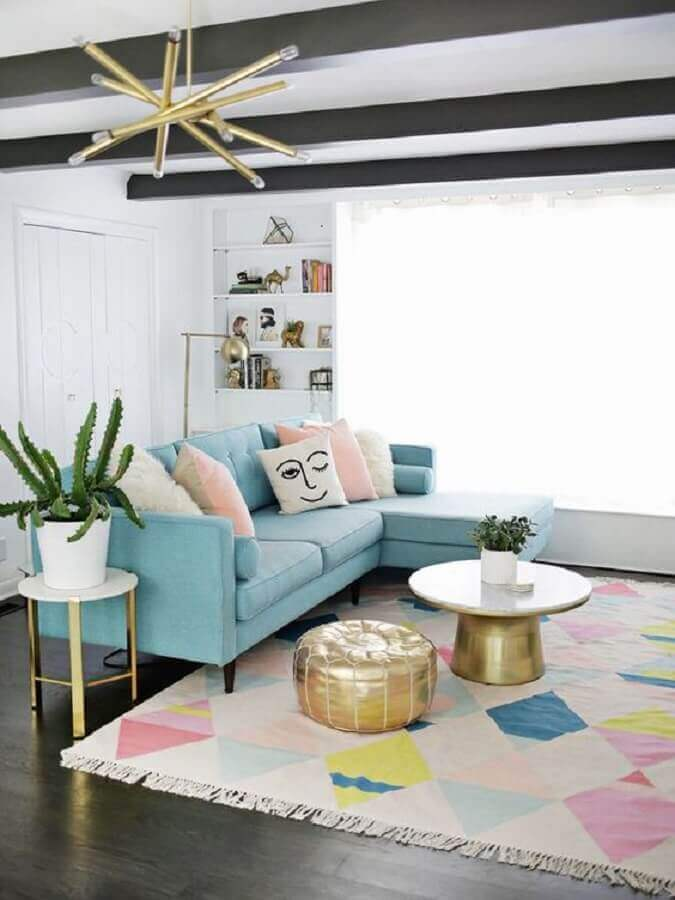 sofá azul claro para sala decorada com tapete colorido Foto Archilovers