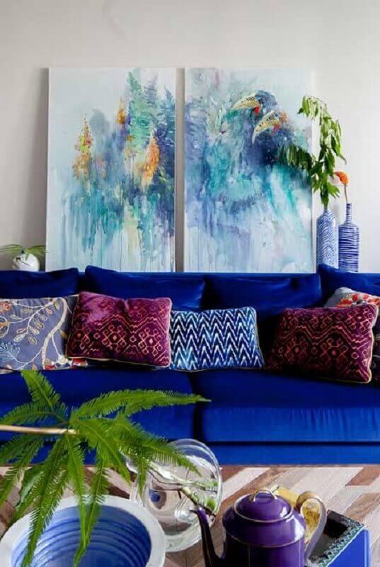 sofá azul royal decorado com almofadas estampadas Foto Pinterest