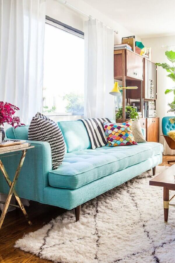 sofá azul turquesa para sala decorada com tapete felpudo  Foto Emily Henderson Design