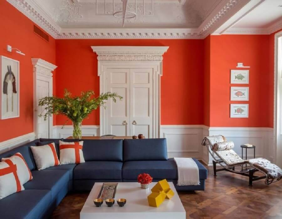 sofá de canto azul para sala com parede laranja Foto Jean de Just