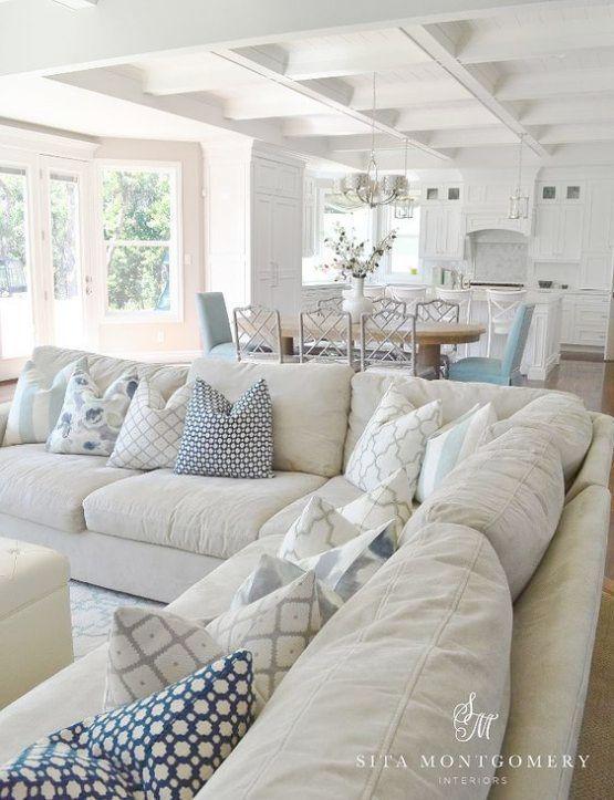 Sofá na cor off white com almofadas azuis