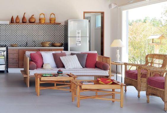 Sofá de madeira com almofadas