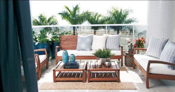 Sofá de madeira com almofadas coloridas - Por: Decor Lazer