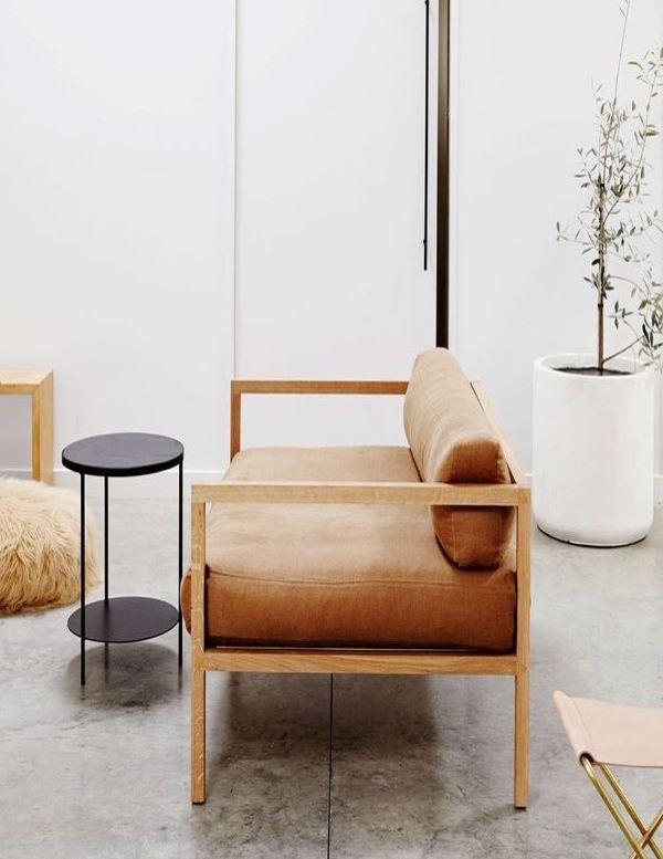 Sofá de madeira marrom e simples para a sala de estar
