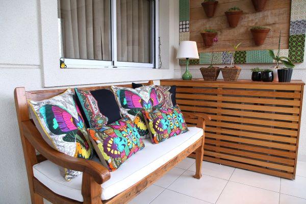 Sofá de madeira na varanda