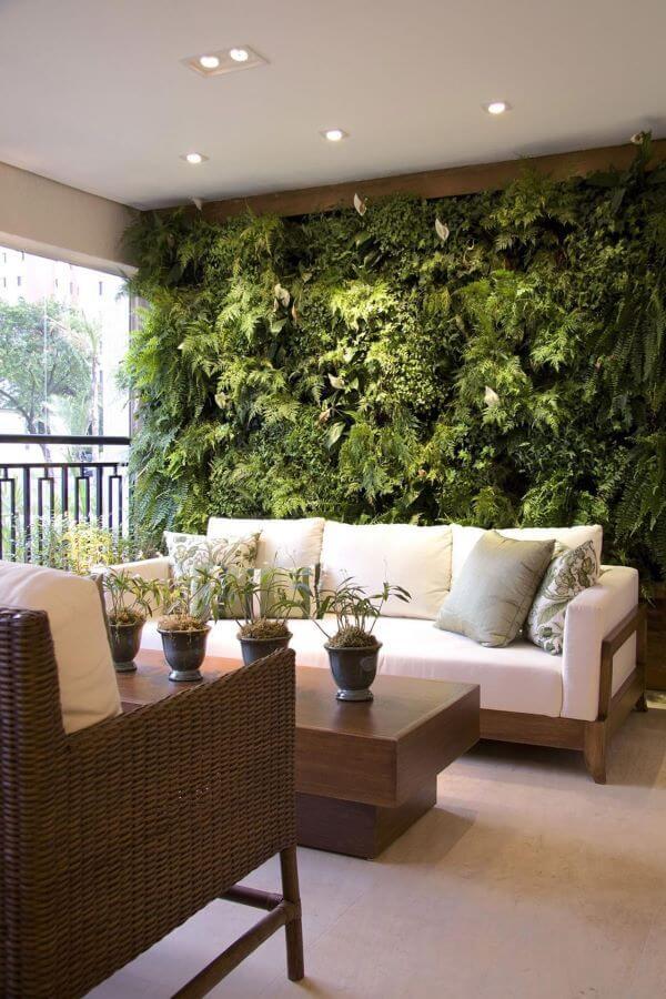 Sofá de madeira para vanda com jardim vertical