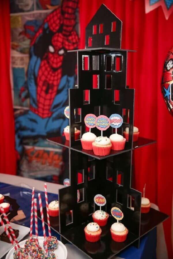 suporte de doces em formato de prédio para festa do homem aranha Foto Le Petit Festas