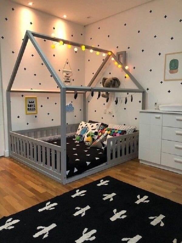 tapete preto e cama montessoriana para decoração de quarto infantil Foto Ueh Design