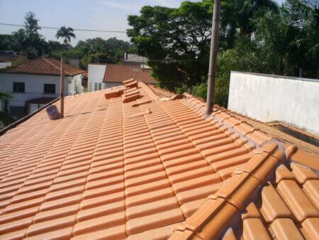 telha portuguesa - telhado de casa com telha portuguesa envernizada