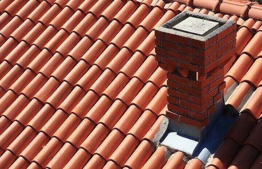telha portuguesa - telhado de telha portuguesa com chaminé