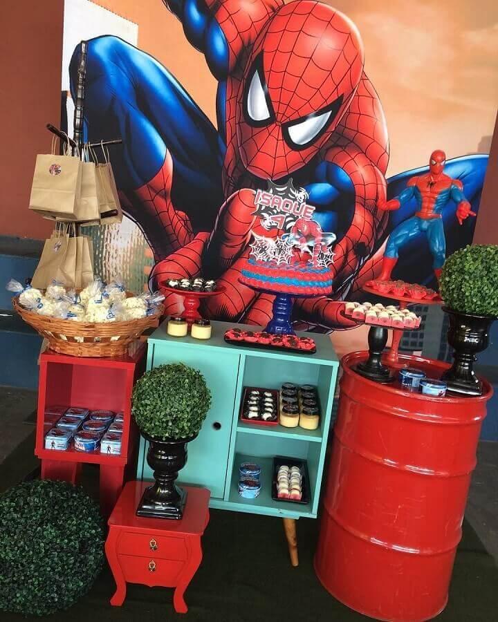 tonel vermelho e móveis retrô para decoração de festa de aniversário do homem aranha Foto Sala Ananau