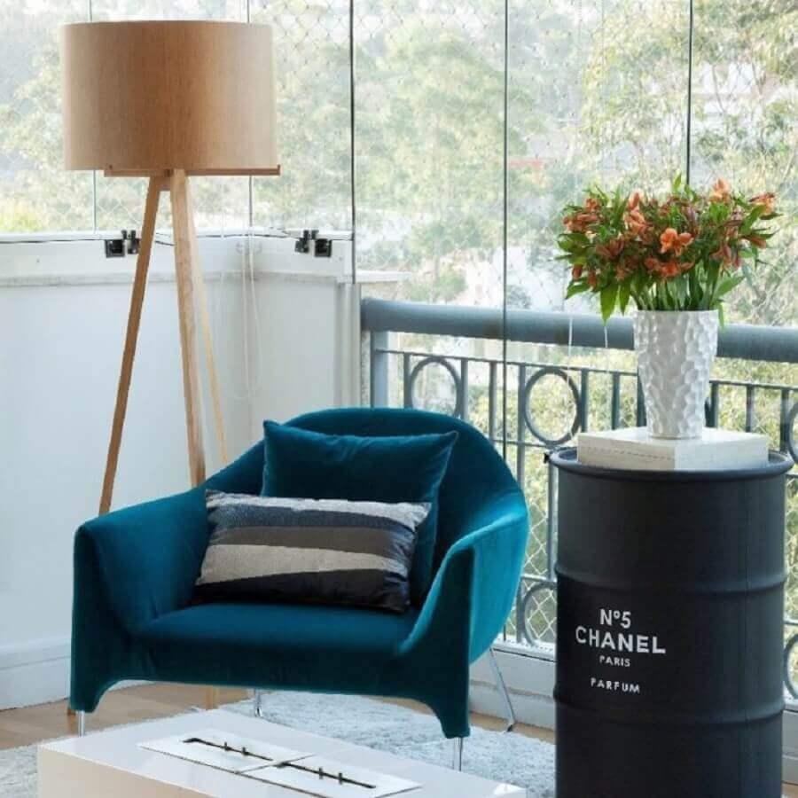 varanda decorada com poltrona azul petróleo e tonel preto Foto Camila Klein