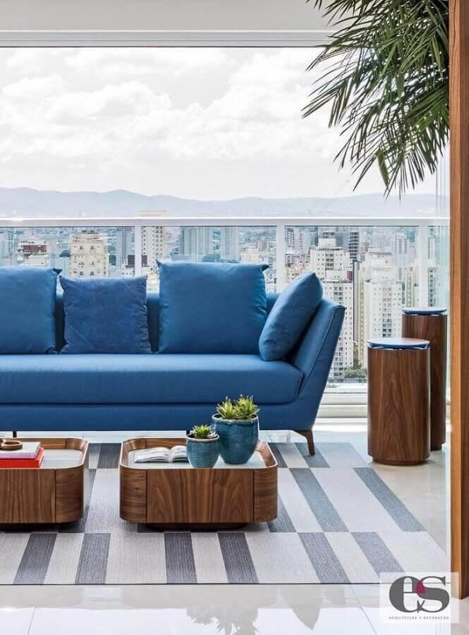 varanda decorada com sofá azul Foto Érica Salgueiro Arquitetura