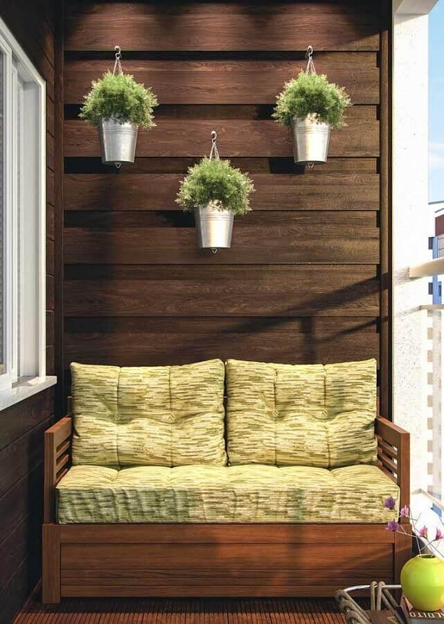 varanda pequena decorada com namoradeira de madeira Foto Mauricio Gebara Arquitetura