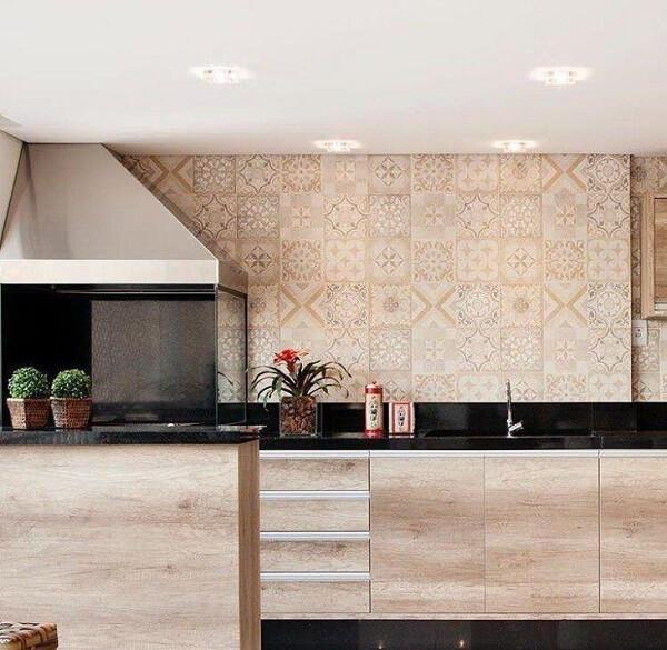Área de lazer com churrasqueira de vidro e coifa de inox