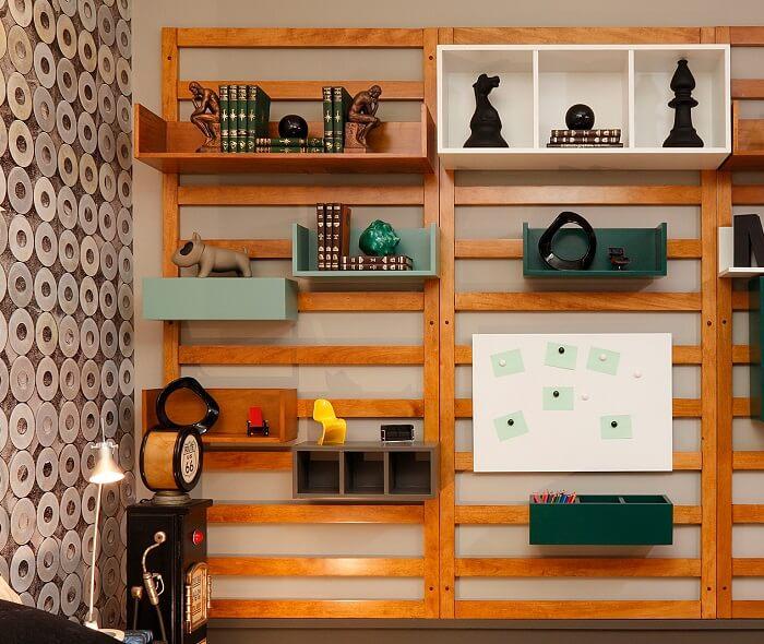 Nichos, gaveteiras e prateleiras devem fazer parte da composição de móveis do quarto de estudante