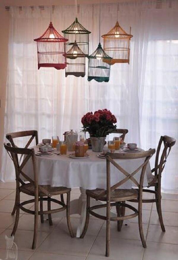 Luminárias feitas com gaiolas decorativas encantam a sala de jantar