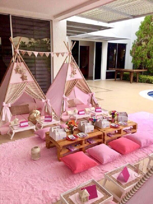 Cabaninha infantil complementa a decoração da festa de aniversário