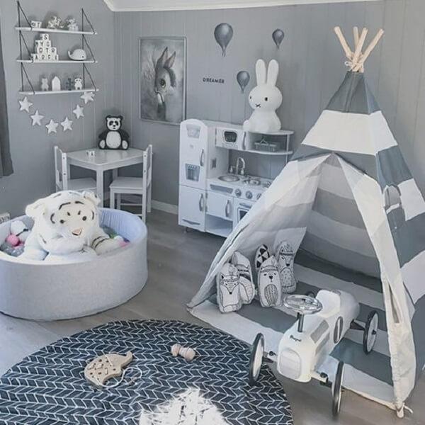 Cabaninha infantil com design listrado em branco e cinza