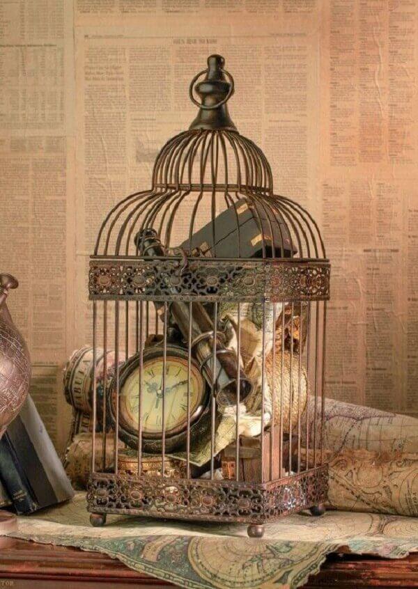 Para uma decoração vintage inclua objetos antigos dentro das gaiolas decorativas