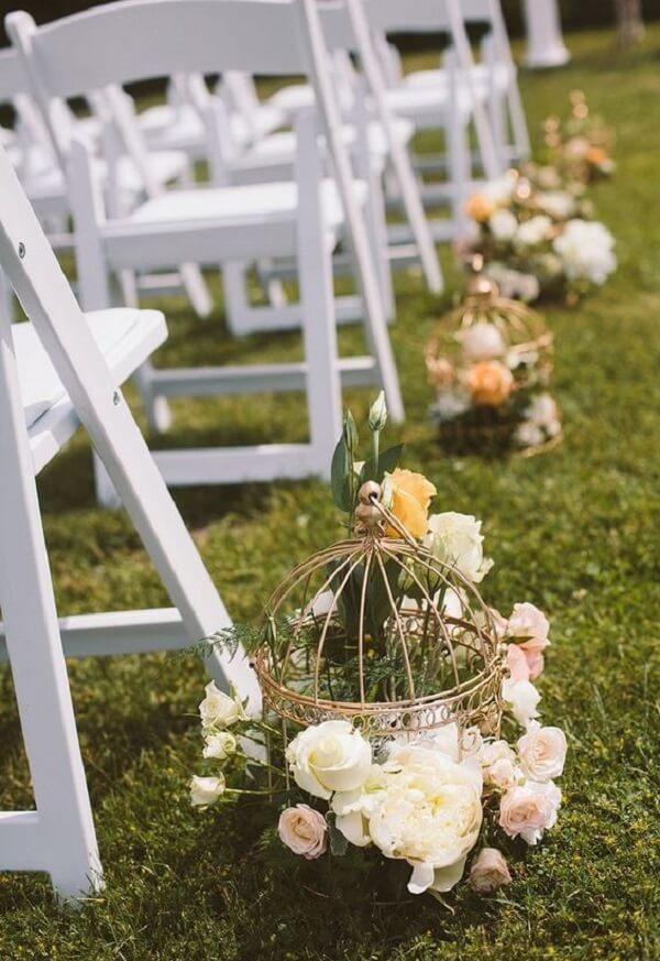 Utilize gaiolas decorativas para enfeitar a cerimônia