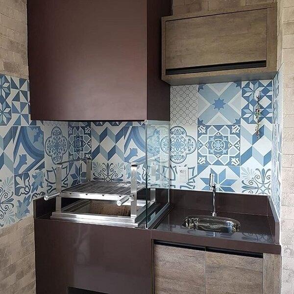 Área de lazer compacta com churrasqueira de vidro