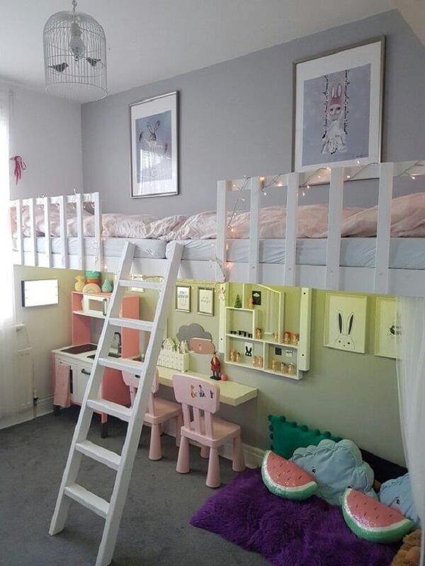 Inove na decoração do quarto infantil incluindo gaiolas decorativas como luminária