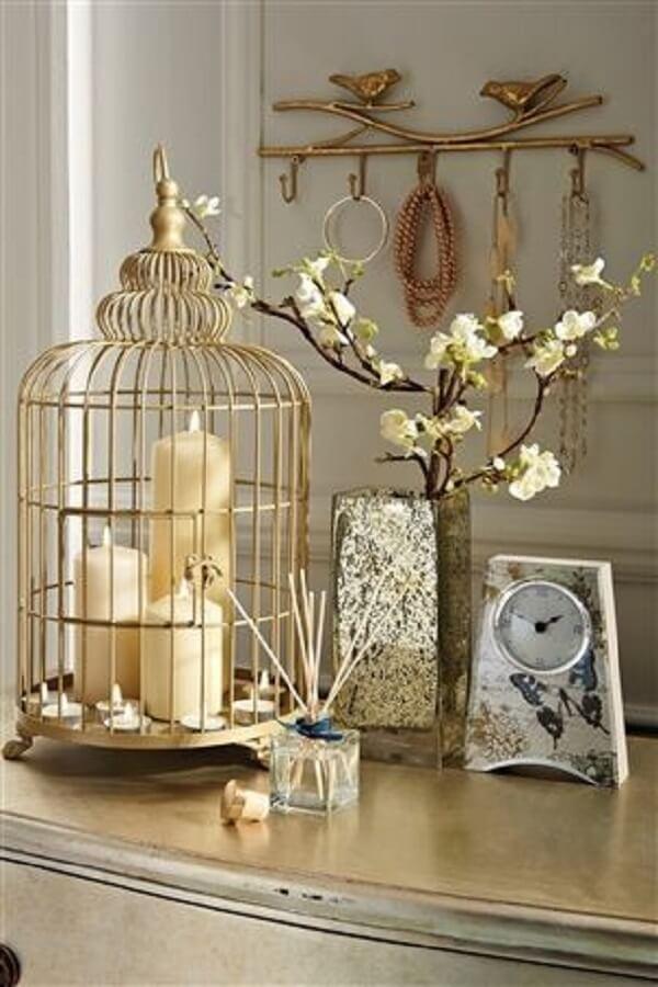 Decore o espaço com gaiolas decorativas e velas