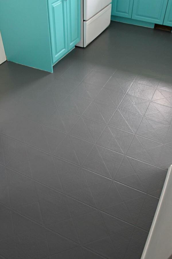 Escolha tons escuros de tinta para azulejo para pintar seu piso da melhor forma