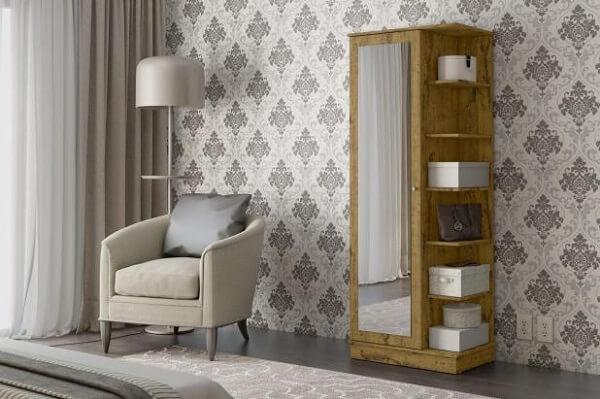 Sapateira com espelho e prateleiras laterais encanta a decoração do quarto