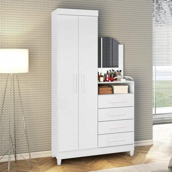 A cômoda conta com a presença de uma sapateira com espelho e 4 gavetas