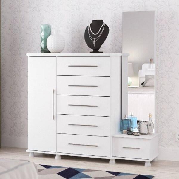 A cômoda conta com a presença de uma sapateira com espelho e 6 gavetas