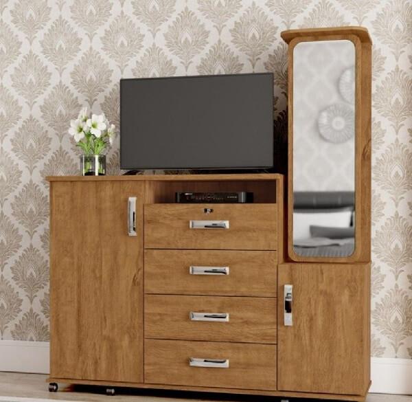 A cômoda conta com a presença de uma sapateira com espelho e acabamento em amêndoa