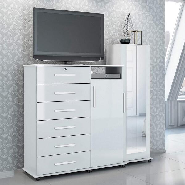 A cômoda conta com a presença de uma sapateira com espelho, suporte para TV e 6 gavetas