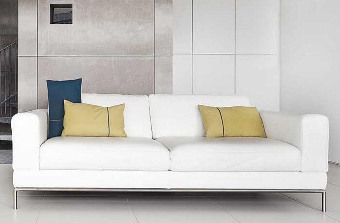 A combinação entre o metal e a cor do tafetá ficou incrível nesse sofá