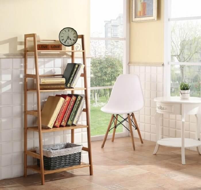 A estante escada na cozinha serve de apoio para livros de receita