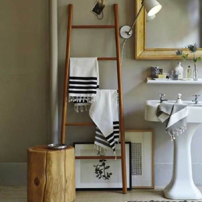 A estante escada serve de apoio para toalhas do banheiro
