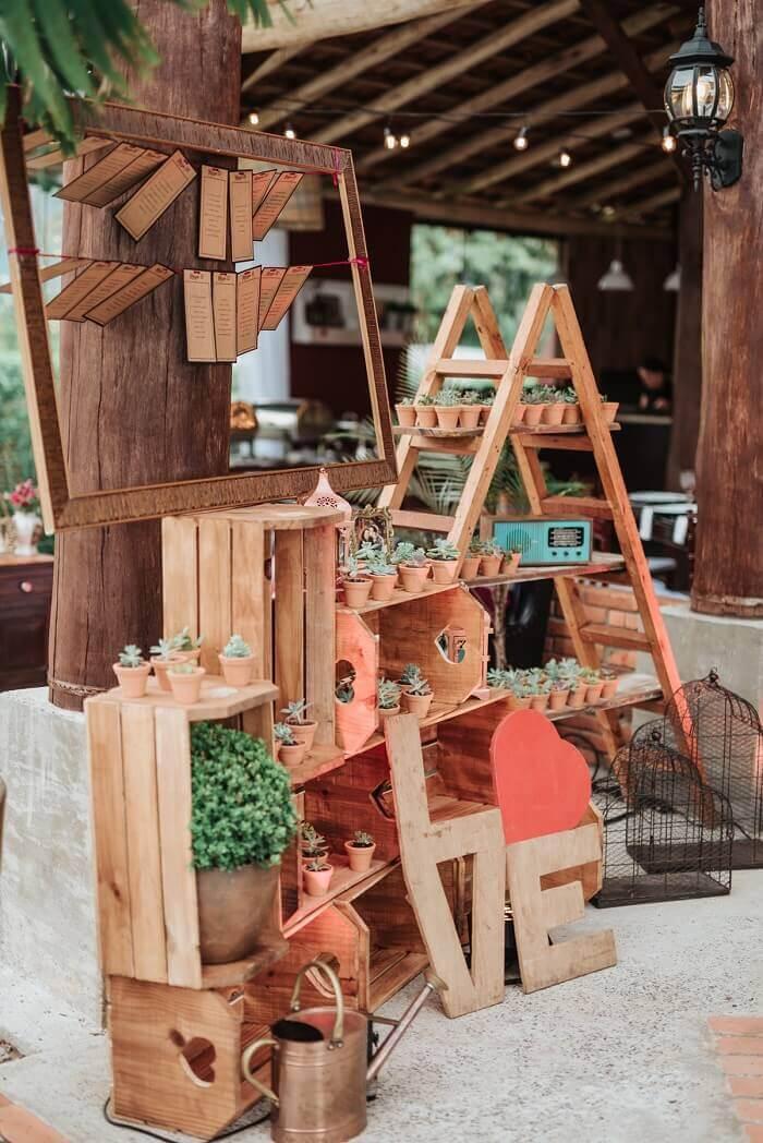 A estante escada serve de base para as lembrancinhas da festa de casamento